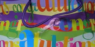 Tüte mit bunten Geburtstagsglückwünschen