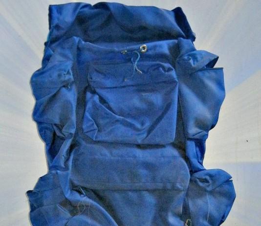 Das Gestell für den Schlafsack ist abgebrochen. Sonst ist er fast wie neu - der 30 Jahre alte Rucksack.