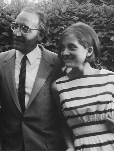 Annette im neuen Kleid von Marimekko - finnischer Schick war damals der letzte Schrei. Daneben: ihr Vater © Annette