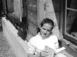 Annettes Lieblingsplatz im Schweizer Ferienhaus 1969 - natürlich mit Buch © Annette Bopp