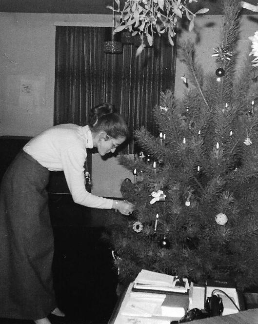 Weihnachten 1967 mit Brille, langem Rock und Hochsteckfrisur © Annette Bopp