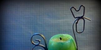 Ja, es gibt ihn tatsächlich: den Kerzenhalter in Hühnerform mit Eierkerze