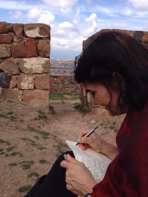 Carmen Lobato alias Charlotte Lyne in Erebundi mit ihrem Ararat auf den Knien